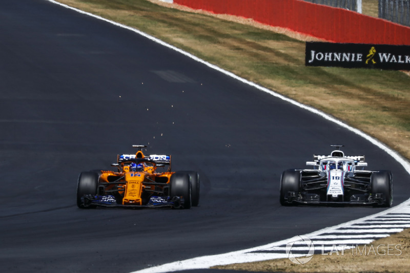 Fernando Alonso, McLaren MCL33 y Lance Stroll, Williams FW41