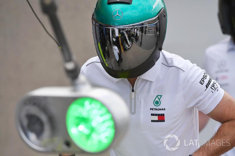 Механик Mercedes AMG F1