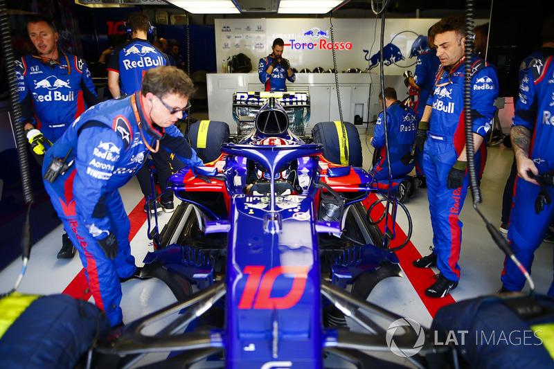 Pierre Gasly, Toro Rosso STR13, en el box