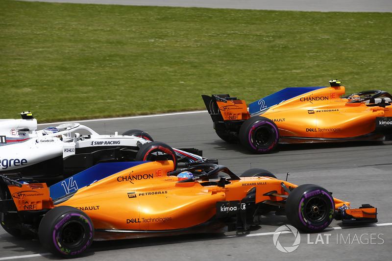 Stoffel Vandoorne, McLaren MCL33, leads Fernando Alonso, McLaren MCL33, Sergey Sirotkin, William