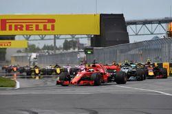 Sebastian Vettel, Ferrari SF71H voor Valtteri Bottas, Mercedes-AMG F1 W09 bij de start