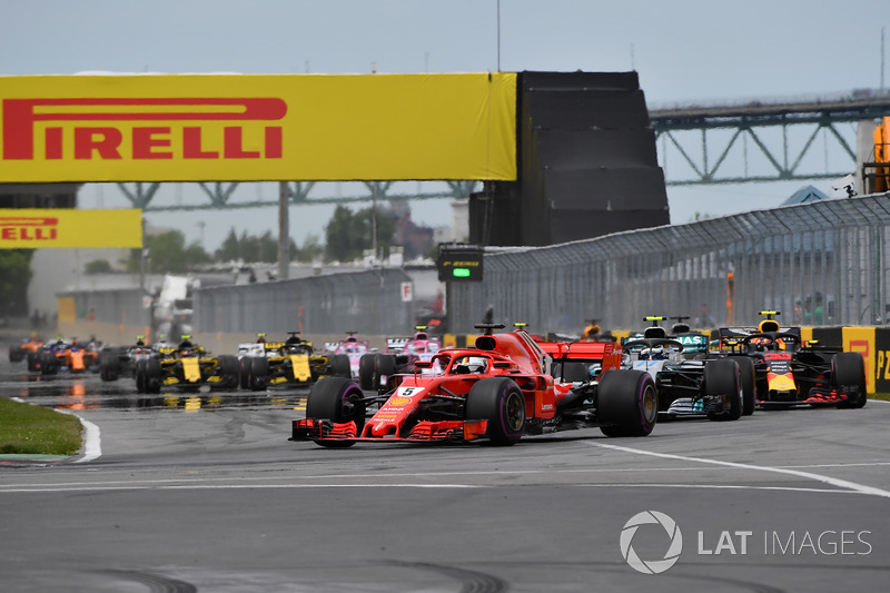 Sebastian Vettel, Ferrari SF71H por delante de Valtteri Bottas, Mercedes-AMG F1 W09 al inicio de la carrera