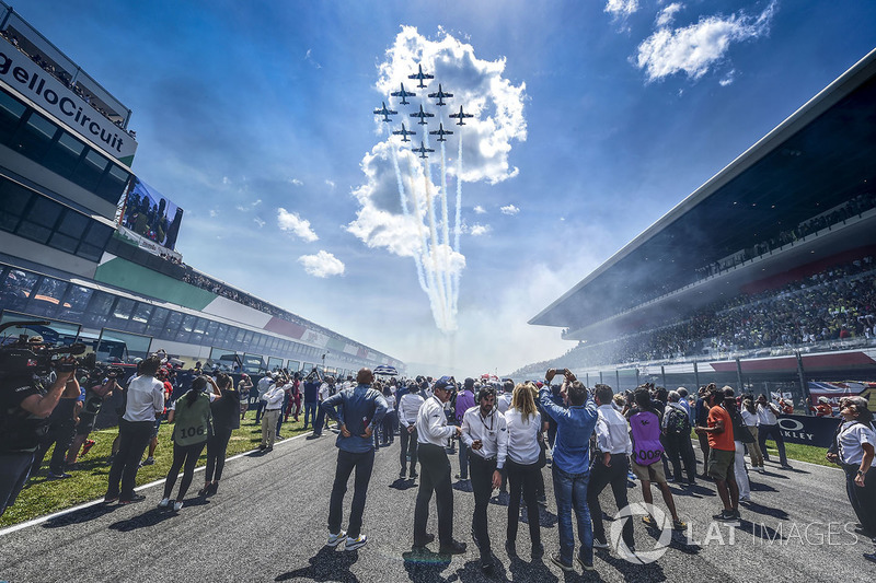 Vliegshow boven de grid