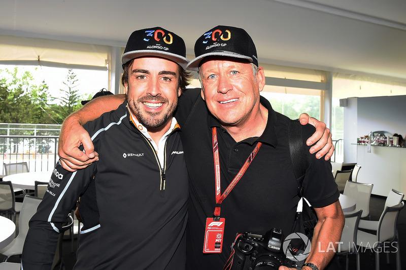 Fernando Alonso, McLaren 300. yarışını kutluyor