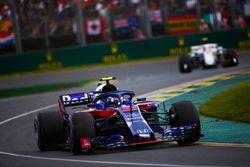 Pierre Gasly, Toro Rosso STR13 Honda, Charles Leclerc, Sauber C37 Ferrari