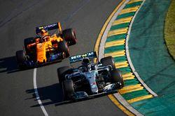 Valtteri Bottas, Mercedes AMG F1 W09, y Stoffel Vandoorne, McLaren MCL33 Renault