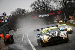 Yarış galibi #75 Optimum Motorsport Aston Martin V12 Vantage GT3: Flick Haigh, Jonny Adam