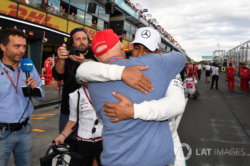 Il poleman Lewis Hamilton, Mercedes-AMG F1 festeggia nel parco chiuso con Niki Lauda, Presidente non-esecutivo Mercedes AMG F1