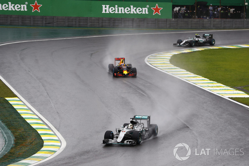 Lewis Hamilton, Mercedes F1 W07 Hybrid leads Max Verstappen, Red Bull Racing RB12 and Nico Rosberg,