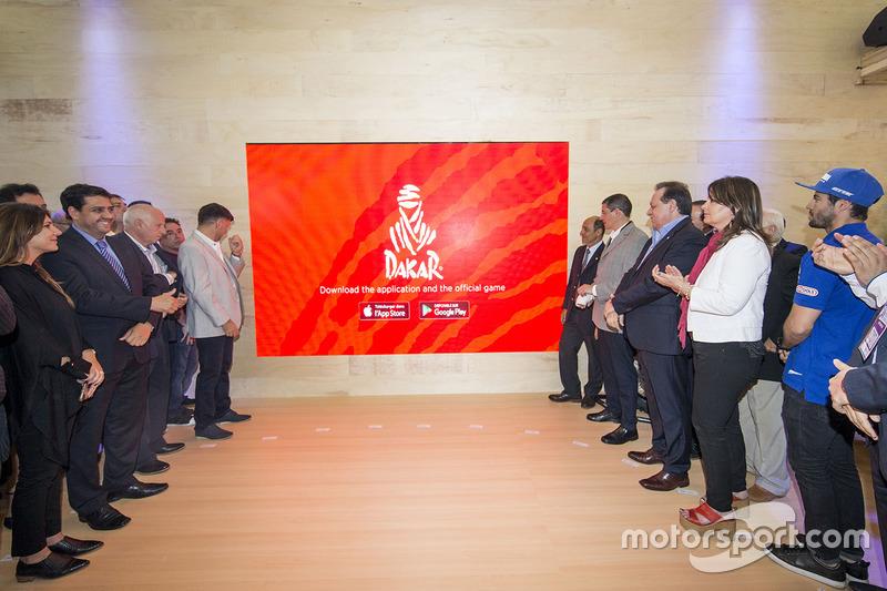 Autoridades presentes de las 20 provincias homenajeadas junto a Marc Coma