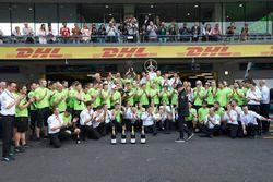 Le deuxième, Valtteri Bottas, Mercedes AMG F1, fête son podium avec l'équipe ?