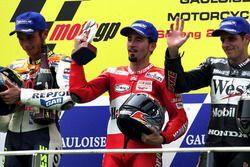Podium : le vainqueur Max Biaggi, le deuxième Valentino Rossi, le troisième Alex Barros
