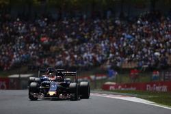 Daniil Kvyat, Scuderia Toro Rosso STR11, Pascal Wehrlein, Manor MRT 05