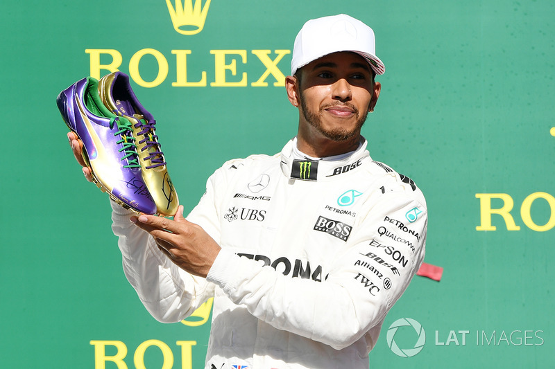 Podio: ganador de la carrera Lewis Hamilton, Mercedes AMG F1 con las zapatillas de Usain Bolt