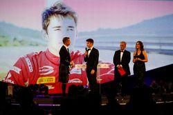 Charles Leclerc, yılın çaylağı ödülünü Chase Carey'den alıyor
