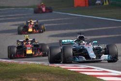 Lewis Hamilton, Mercedes AMG F1 W09, Max Verstappen, Red Bull Racing RB14 Tag Heuer, en Daniel Ricciardo, Red Bull Racing RB14 Tag Heuer