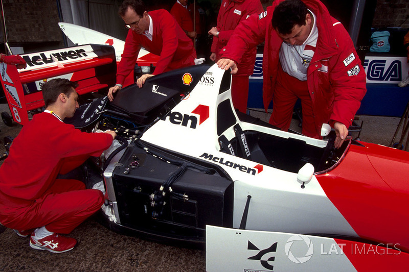 Механики работают над McLaren Ford MP4/8 Айртона Сенны