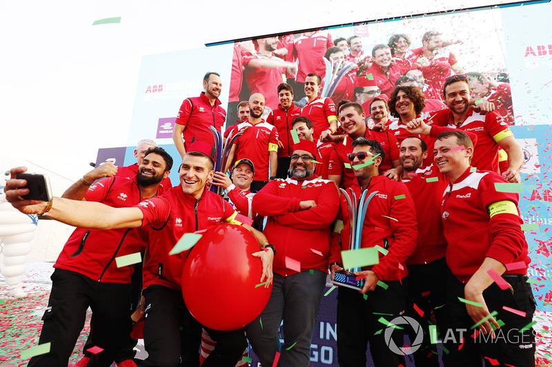 Ganador de la carrera Felix Rosenqvist, Mahindra Racing, Dilbagh Gill, CEO, director del equipo Mahindra Racing, celebran con el equipo
