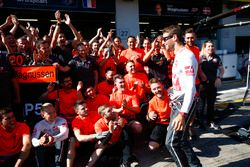 Romain Grosjean, Haas F1 Team, Kevin Magnussen, Haas F1 Team y Haas F1 team celebran el mejor resultado del equipo hasta la fecha