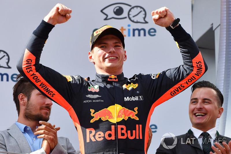 """Max Verstappen: """"Foi fantástico! Foi muito difícil administrar os pneus, tivemos que cuidar disso, muitas bolhas, conseguimos aguentar até o final. Foi incrível ganhar aqui no Red Bull Ring."""""""