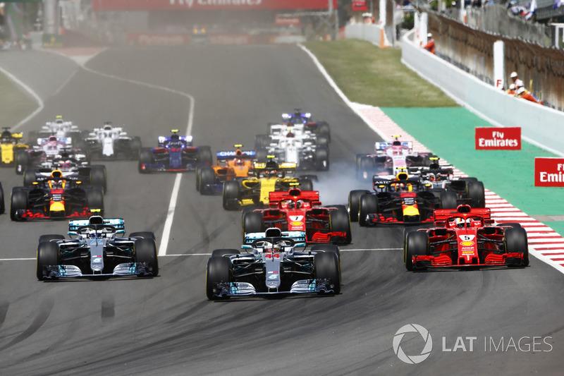 Inicio: Lewis Hamilton, Mercedes AMG F1 W09, lidera Valtteri Bottas, Mercedes AMG F1 W09, Sebastian Vettel, Ferrari SF71H, Kimi Raikkonen, Ferrari SF71H, Max Verstappen, Red Bull Racing RB14 y el resto del grupo