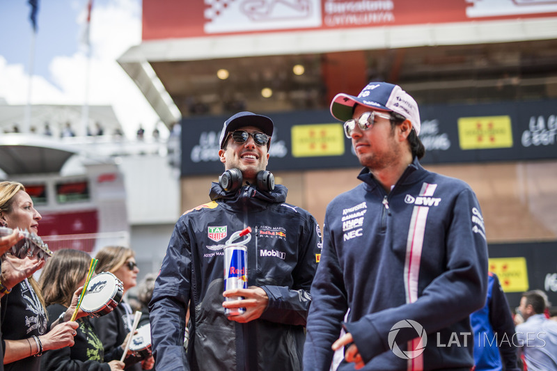 Sergio Perez, Force India y Daniel Ricciardo, Red Bull Racing en el desfile de pilotos