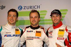 Первая тройка в квалификации: обладатель поула Лоренс Вантхор, Manthey Racing, Свен Мюллер, Falken Motorsports, и Норберт Зидлер, Frikadelli Racing Team