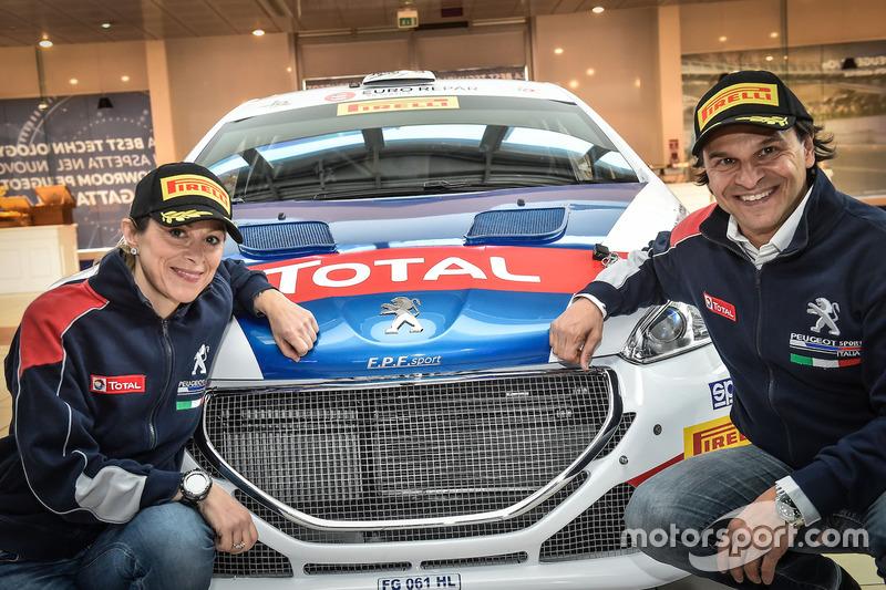 Paolo Andreucci e Anna Andreussi posano con la loro Peugeot 208 T16 R7