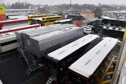 Camion nel Paddock mentre la neve ferma la terza giornata di test