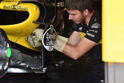 Un mécanicien travaille sur la Renault Sport F1 Team R.S. 18