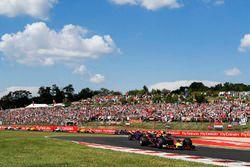 Max Verstappen, Red Bull Racing RB14, voor Pierre Gasly, Toro Rosso STR13, en Carlos Sainz Jr., Renault Sport F1 Team R.S. 18