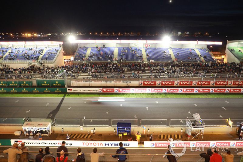 Front straight atmosphere