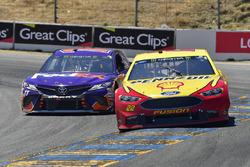 Joey Logano, Team Penske, Ford Fusion Shell Pennzoil, Denny Hamlin, Joe Gibbs Racing, Toyota Camry FedEx Express