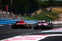 Sebastian Vettel, Ferrari SF71H, passe Sergio Perez, Force India VJM11
