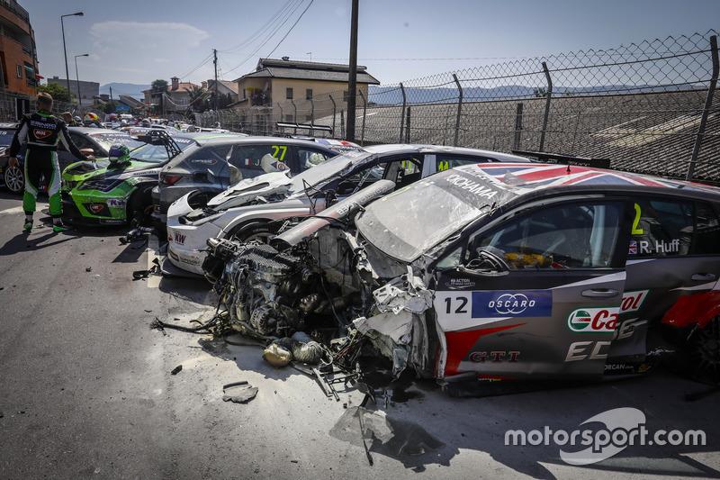 La voiture de Rob Huff, Sébastien Loeb Racing Volkswagen Golf GTI TCR, après le crash