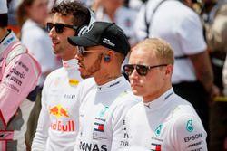 Daniel Ricciardo, Red Bull Racing, Lewis Hamilton, Mercedes AMG F1, et Valtteri Bottas, Mercedes AMG F1, sur la grille pour l'hymne national
