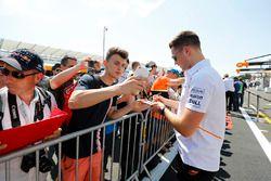Stoffel Vandoorne, McLaren, signe des autographes et se fait prendre en photo