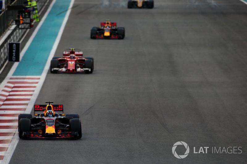 Daniel Ricciardo, Red Bull Racing RB13, leads Kimi Raikkonen, Ferrari SF70H, and Max Verstappen, Red Bull Racing RB13