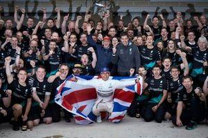 Lewis Hamilton, Mercedes AMG ganador de la carrera festeja con el equipo