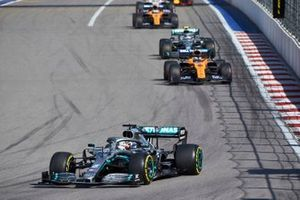 Lewis Hamilton, Mercedes AMG F1 W10, devant Carlos Sainz Jr., McLaren MCL34, Valtteri Bottas, Mercedes AMG W10, et Lando Norris, McLaren MCL34