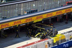 Daniel Ricciardo, Renault F1 Team R.S.19, hace una parada con un pinchazo