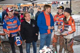 Willem-Alexander, Koning der Nederlanden, en Lee van Dam, LdP, ontmoeten Calvin Vlaanderen, Jeffrey Herlings en Glenn Coldenhoff van TeamNL