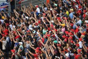 Les fans applaudissent les pilotes sur le podium