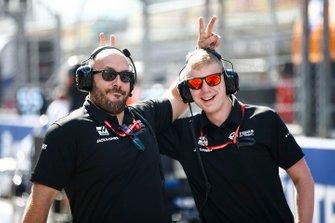 Haas F1 monteurs op de grid