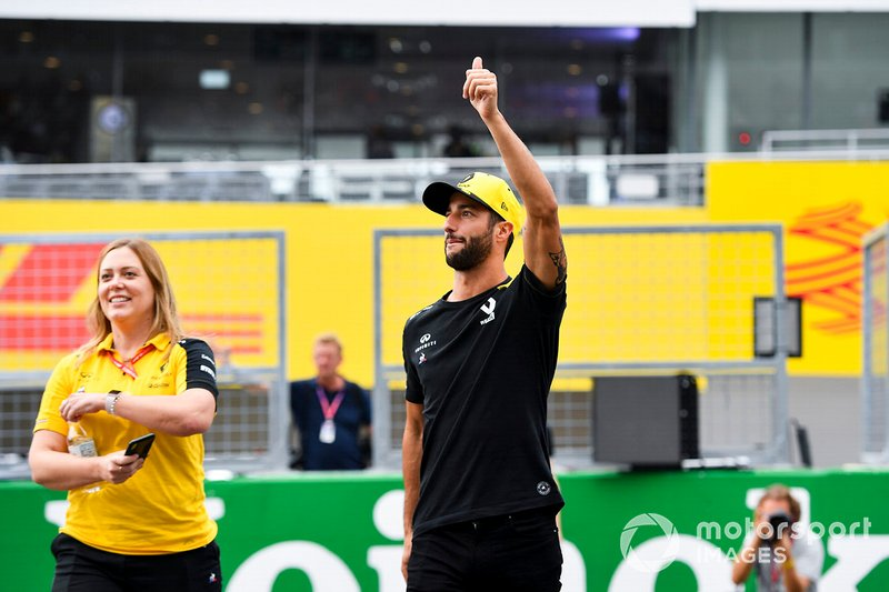 Daniel Ricciardo, Renault F1 Team waves to fans