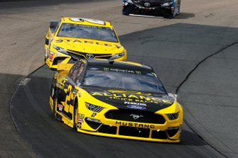 Brad Keselowski, Team Penske, Ford Mustang Alliance Truck Parts and Erik Jones, Joe Gibbs Racing, Toyota Camry STANLEY