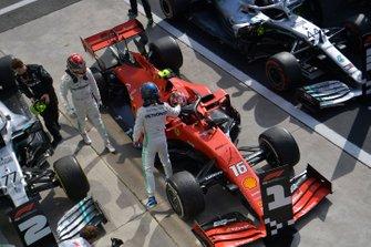 Valtteri Bottas, Mercedes AMG F1, secondo classificato, si congratula con Charles Leclerc, Ferrari, primo classificato, al Parc Ferme