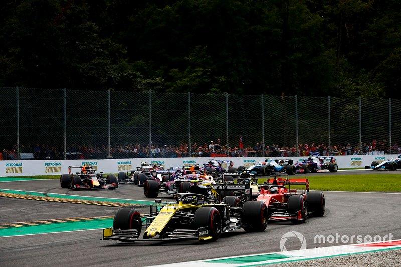 Nico Hulkenberg, Renault F1 Team R.S. 19, lidera Sebastian Vettel, Ferrari SF90, Daniel Ricciardo, Renault F1 Team R.S.19, Lance Stroll, Racing Point RP19, Carlos Sainz Jr. y McLaren MCL34, y el resto del campo en la salida