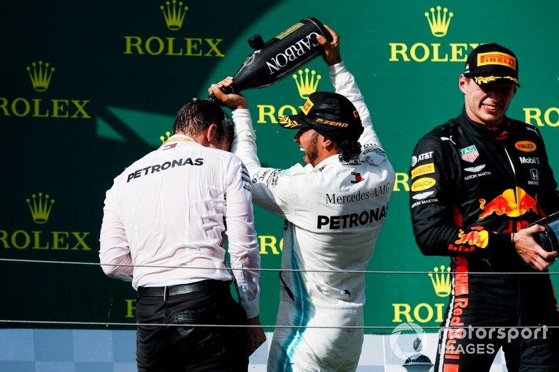 James Vowles, Motorsport Strategy Director, Mercedes AMG F1 e il vincitore della gara Lewis Hamilton, Mercedes AMG F1 festeggiano sul podio con lo champagne e Max Verstappen, Red Bull Racing