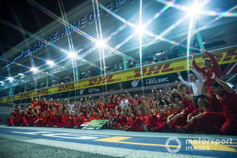 El ganador de la carrera Sebastian Vettel, Ferrari posa para una fotografía con el equipo